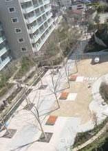 ベンチのある中庭